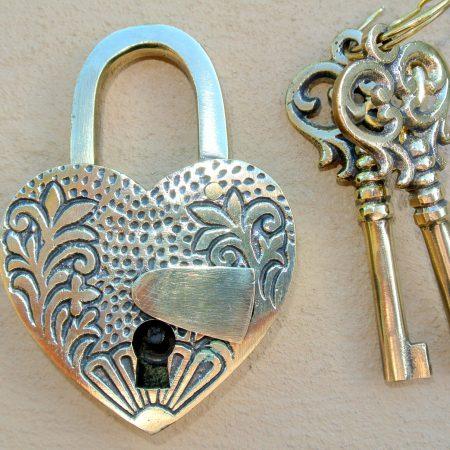 "EMBOSSED 3"" Vintage style antique ""HEART LOVE PADLOCK "" shape solid brass 2 keys heavy lock works"